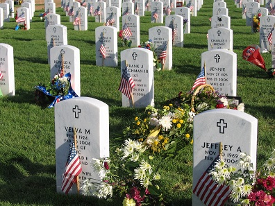 Geschmückte Gräber auf dem Fort Logan National Cemetery in Denver/Colorado. Foto: Tony Massey / CC BY-SA 2.5.